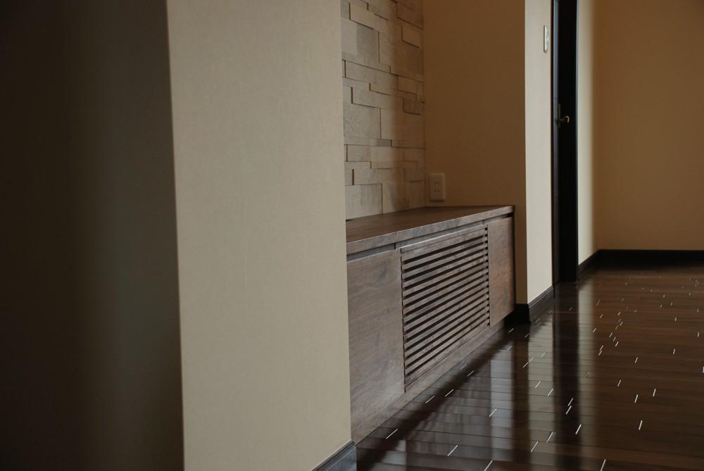 ウォールナットの格子扉のあるテレビボード