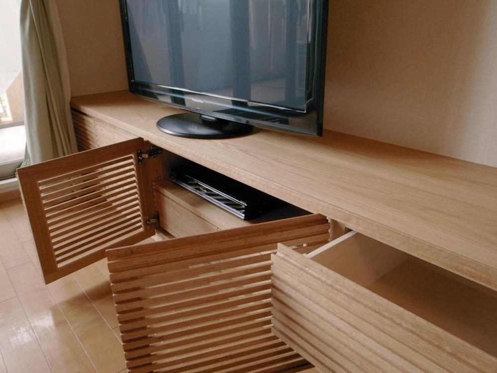 格子扉のオークのテレビボードとダイニングテーブル