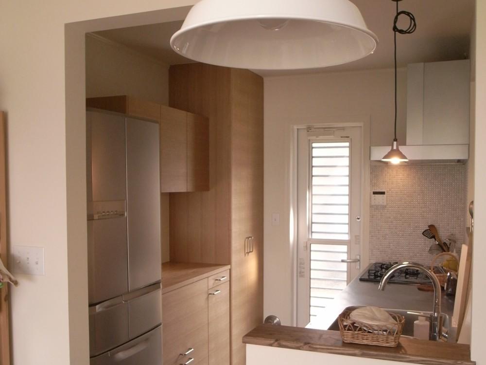タモ柾目のシンプルな食器棚