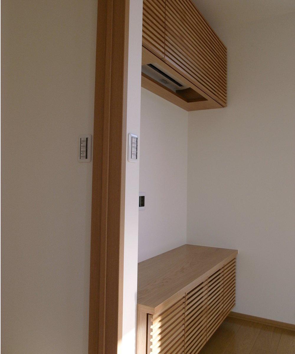 オークの格子扉のテレビボードと吊戸棚
