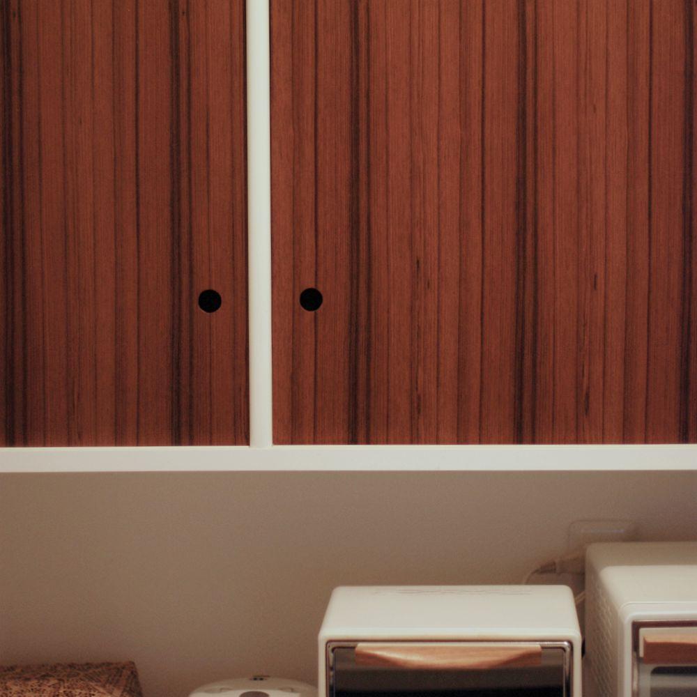 白いモダンな食器棚とチークの引き戸