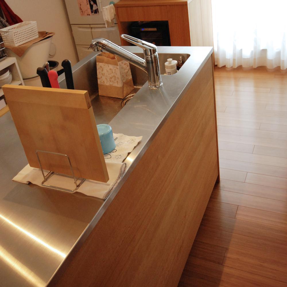 ナラの板目と柾目を混ぜたL型のキッチン