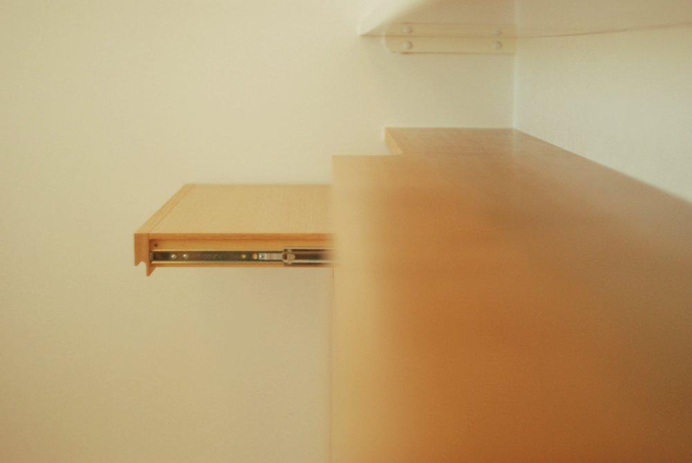 オーク柾目のパソコンスライドテーブルがあるカウンター下収納