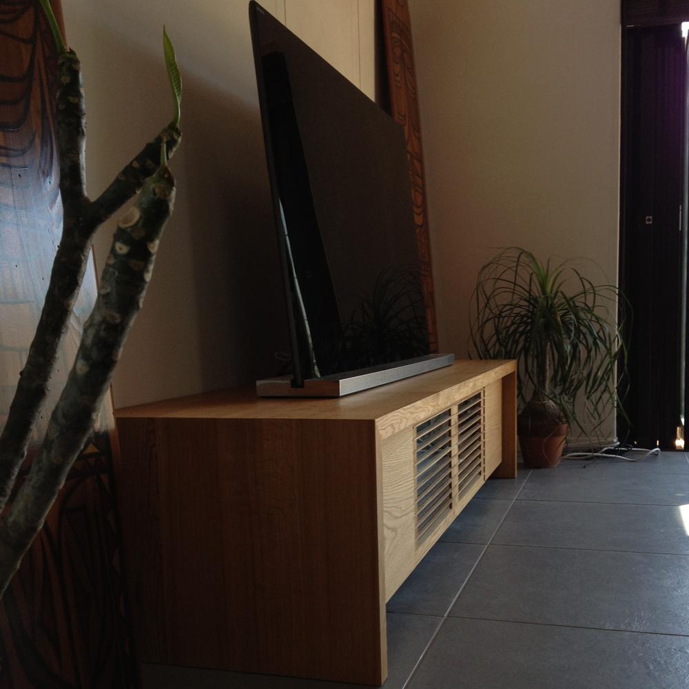 細い格子扉のあるオークのテレビボード