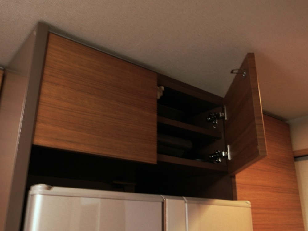 掃除機収納のある面材合わせの食器棚