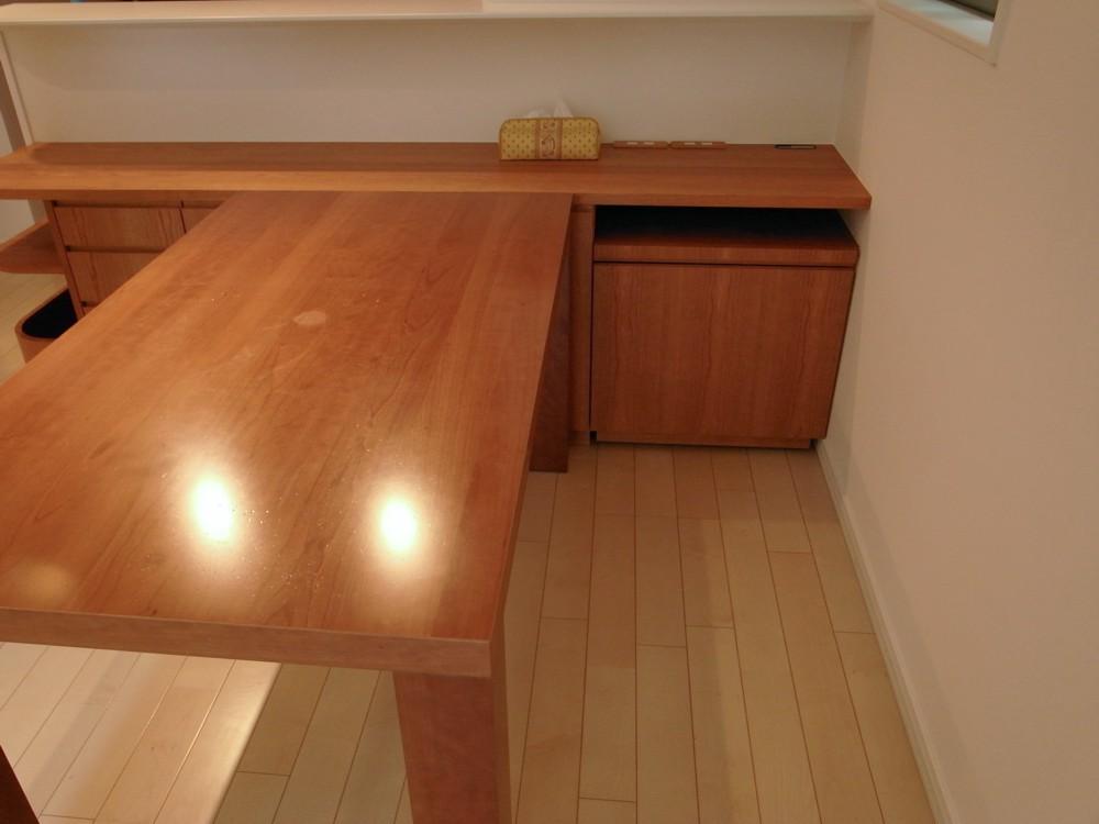 ダイニングテーブルに高さを合わせたチェリーのカウンター下収納