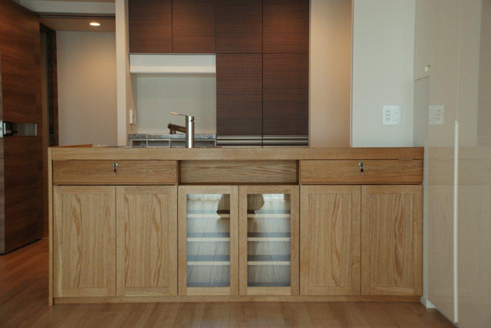 ナラを使ってマンションのキッチンを木のペニンシュラキッチンに変身