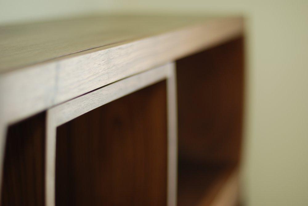 ブラックウォールナットのアールの本棚