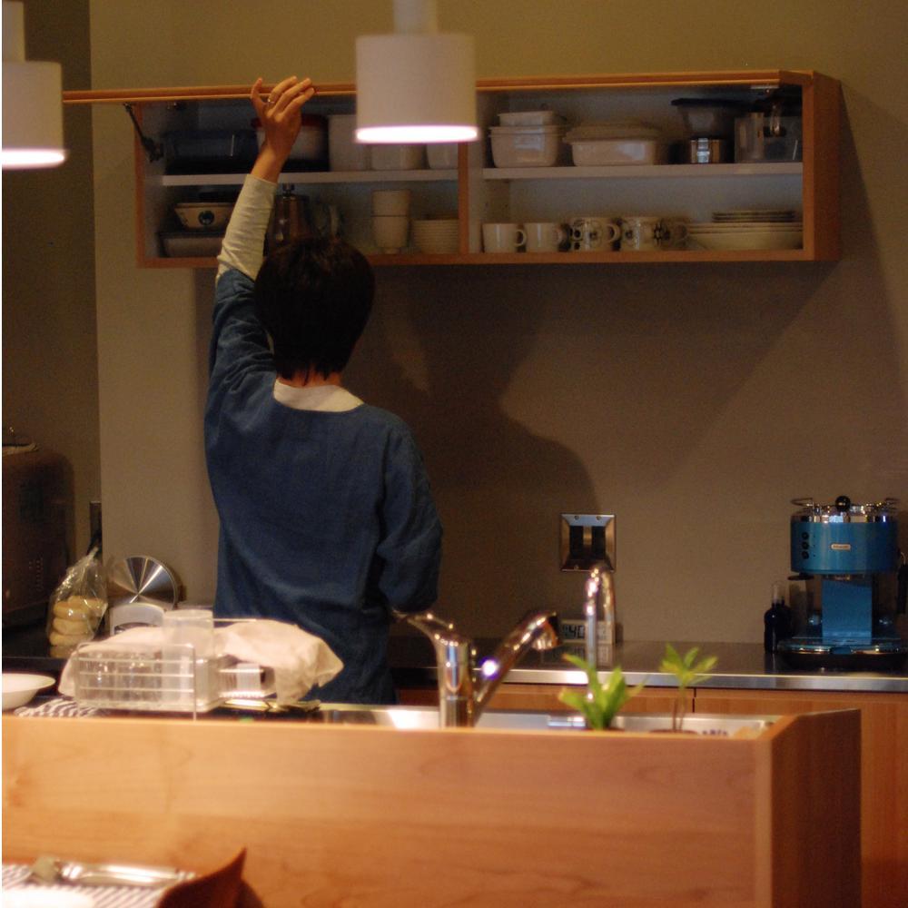アルダーの無垢材とカバザクラを使ったオーダーキッチンと背面収納