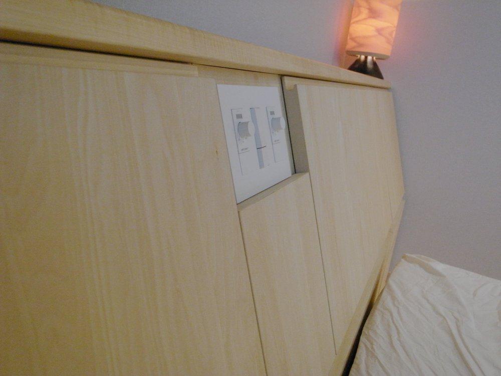 シナの収納付きベッドヘッドボード