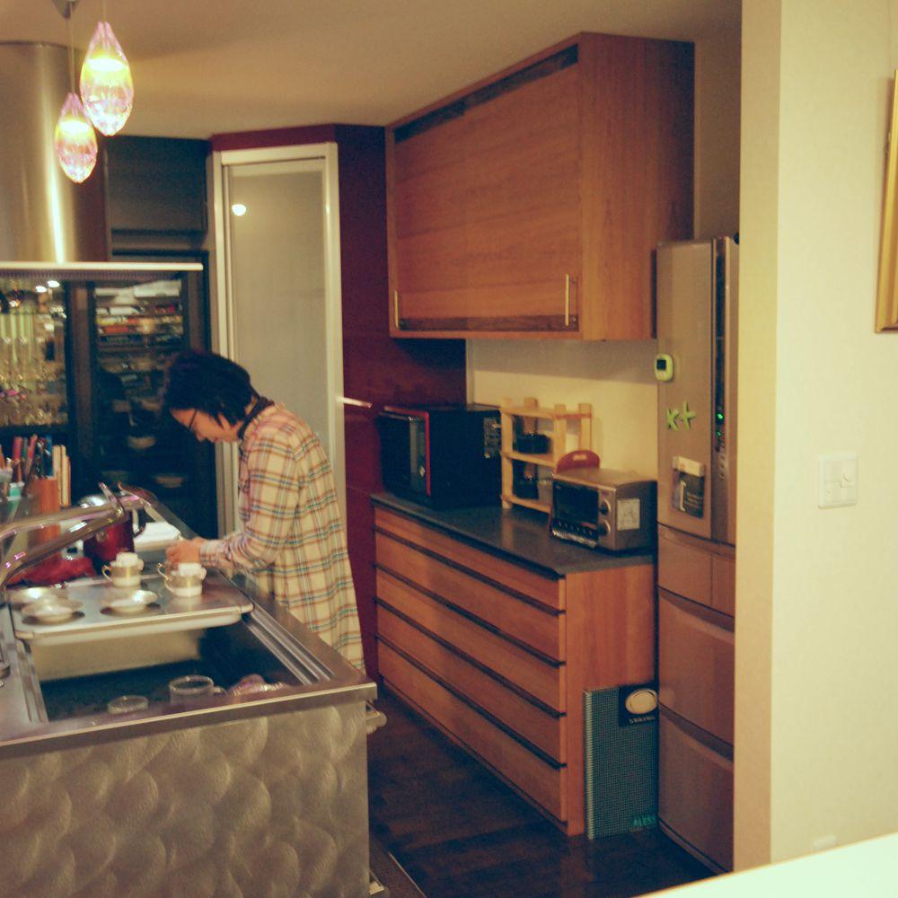 チェリーとウォールナットとコーリアンを使った食器棚