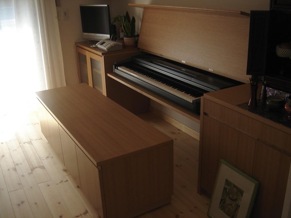 ナラのピアノがしまえる壁面収納