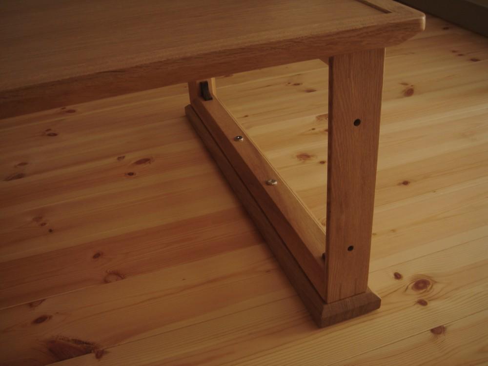 ナラの高さが変えられるテーブル