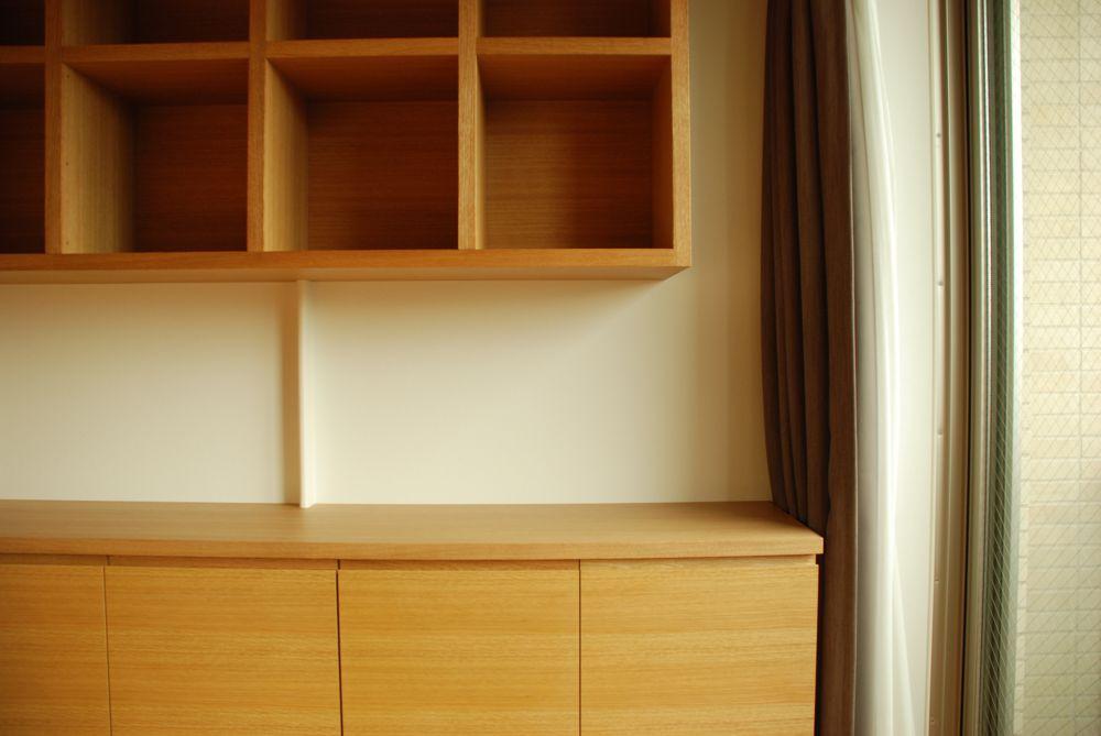 イラストレーターさんのオーク柾目のワークデスクと本棚と原稿収納