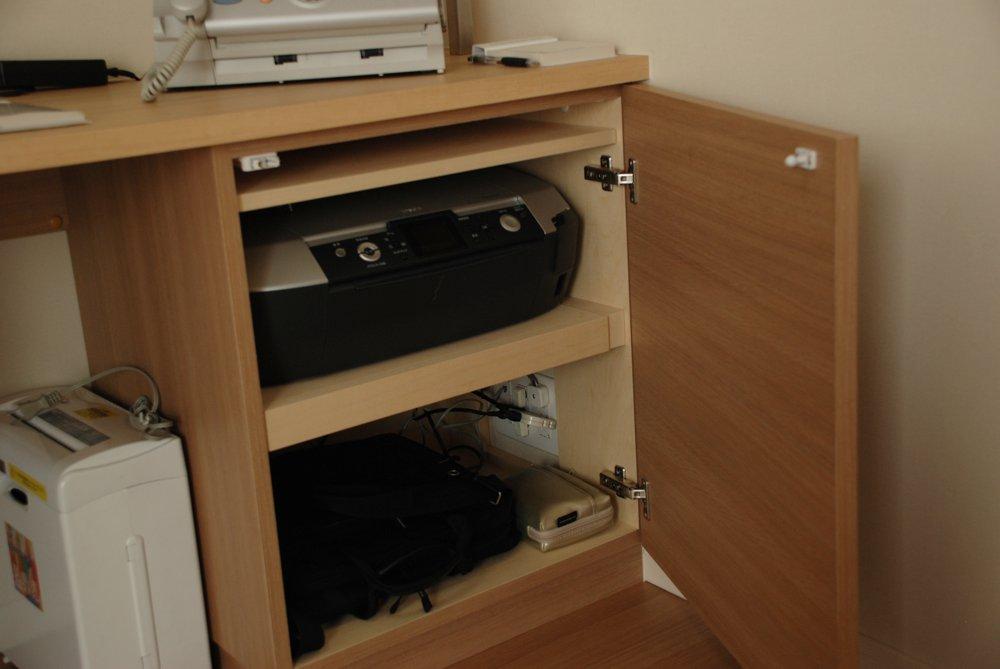 白と木目の化粧板を使ったリビングボードや食器棚