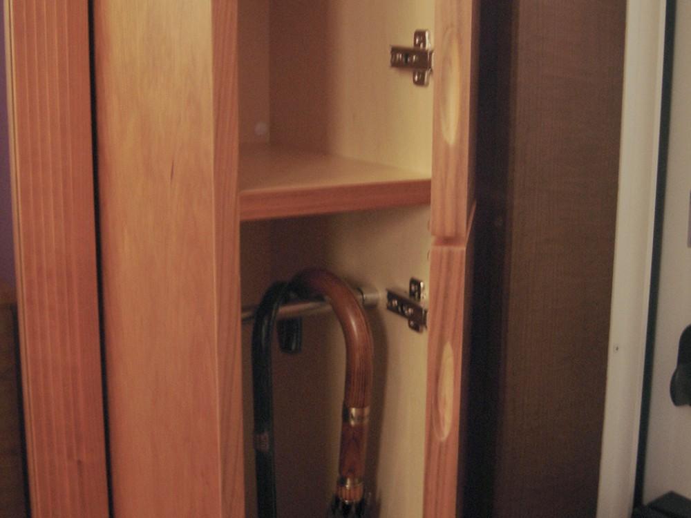 チェリーのルーバー扉のある傘収納とベンチ