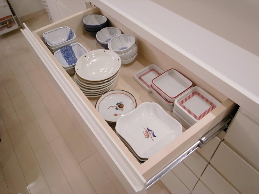 白いカウンター下収納を食器棚として活用