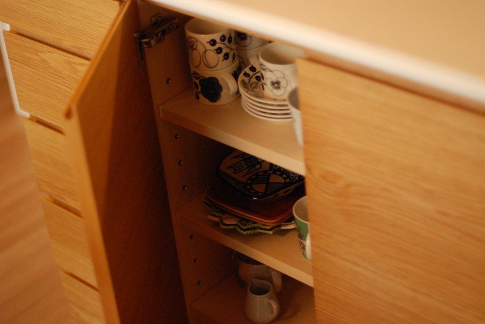 ナラで作ったL型につながるカウンター下収納とダイニングボード