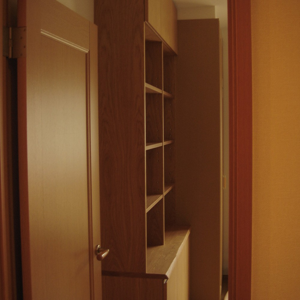 ナラの耳付風天板のある本棚