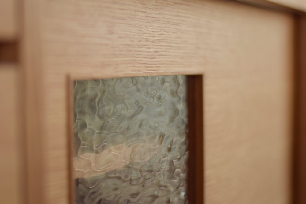 ナラ柾目を使ってステンドグラスを入れたカウンター下収納