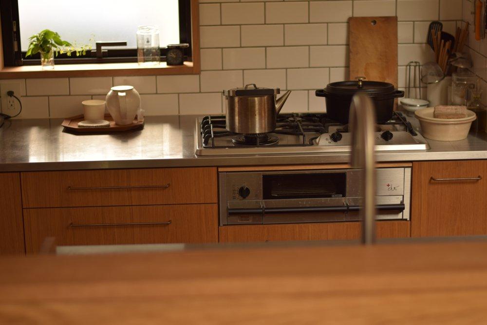 ナラのステンレスのセパレートキッチンとプラスドゥ