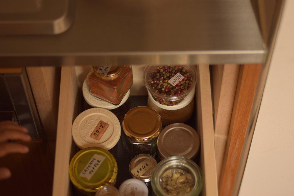 ナラのステンレスのセパレートキッチンのスパイス用引き出し
