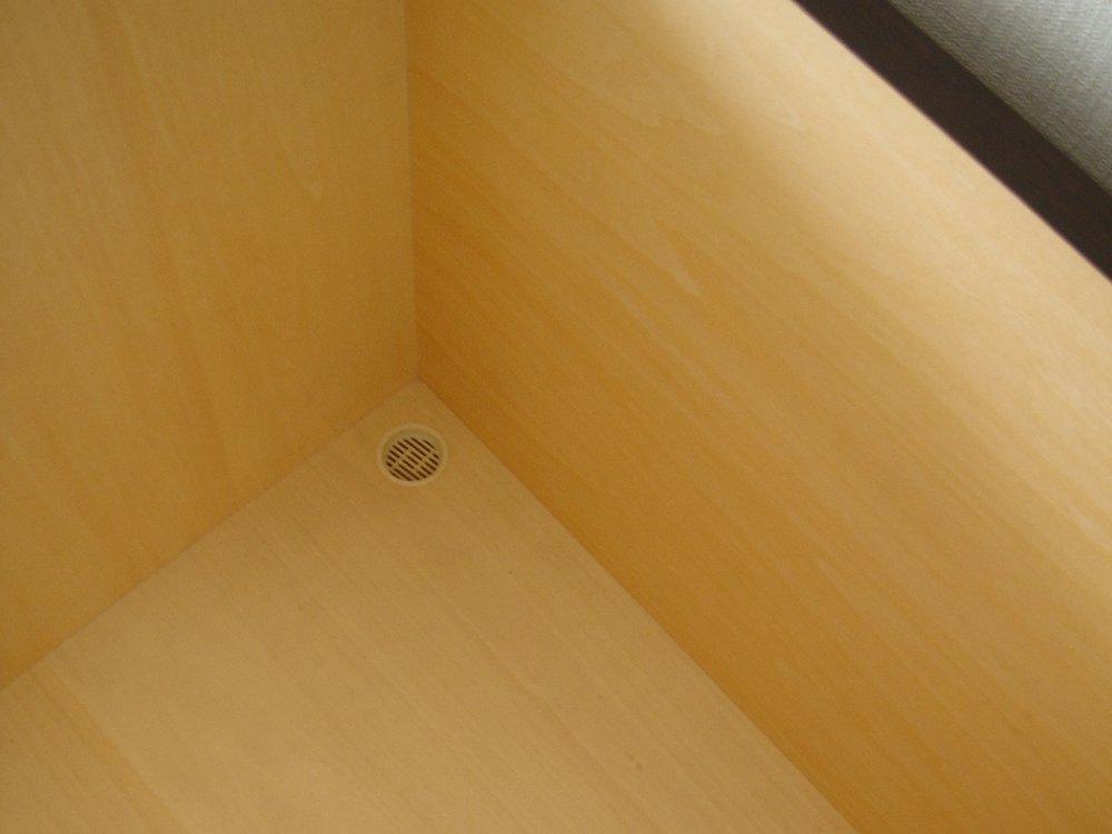 ナラ柾目を使ったモノトーンなテレビボードとカップボード