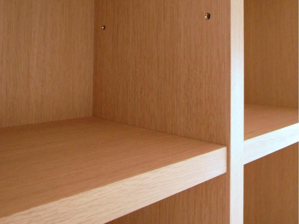 壁一面に作り付けた本棚とデスク