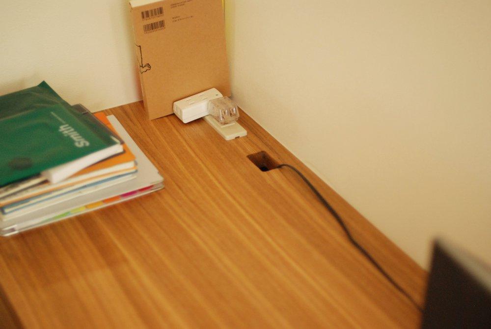 タモ柾目のリビングボードとデスク