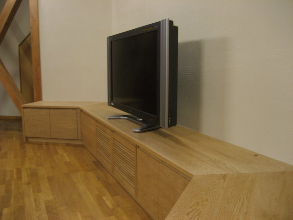 ナラ無垢材を使ったテレビボード