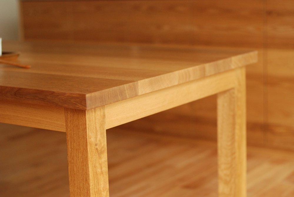 ナラ柾目のシンプルなダイニングテーブル