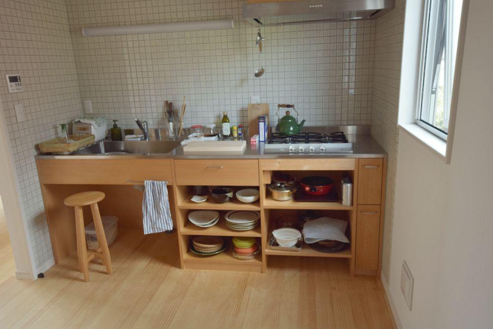 ツガとステンレスのシンプルなキッチン