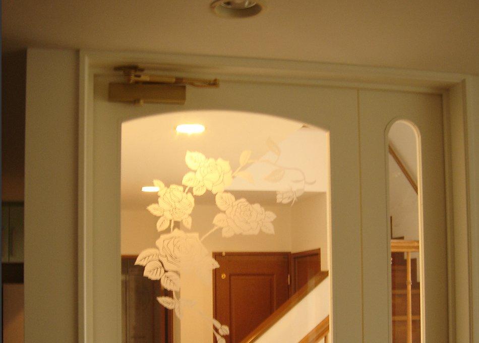 白いクラシカルなドアとエントランス収納