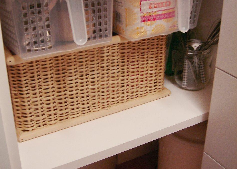オフホワイトの上吊引き戸のある食器棚