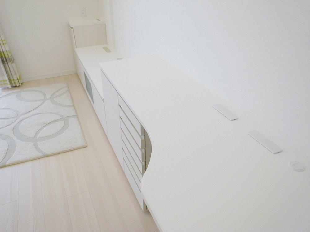 白い木目調の素材を使ったリビングダイニングローボード