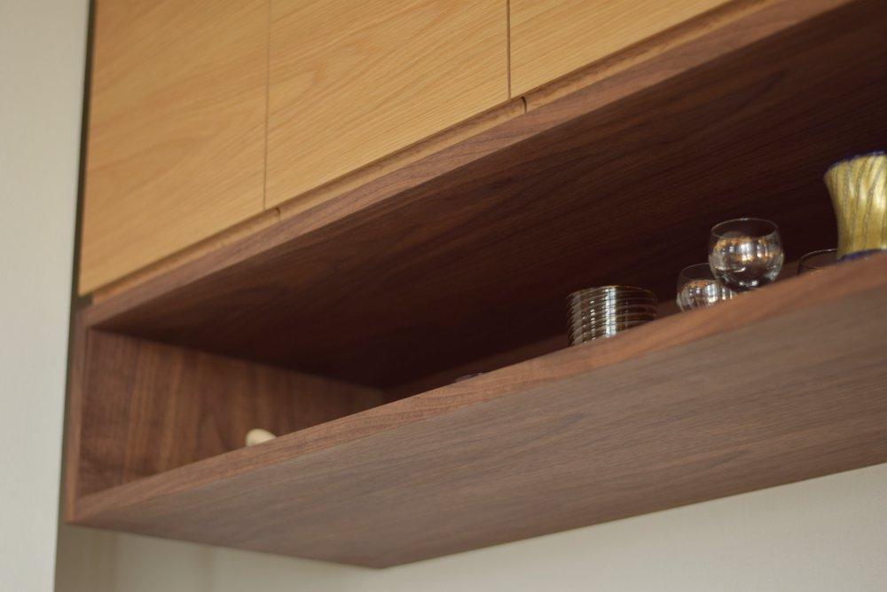ナラとブラックウォールナットの2種類の木の食器棚とリビングデスク