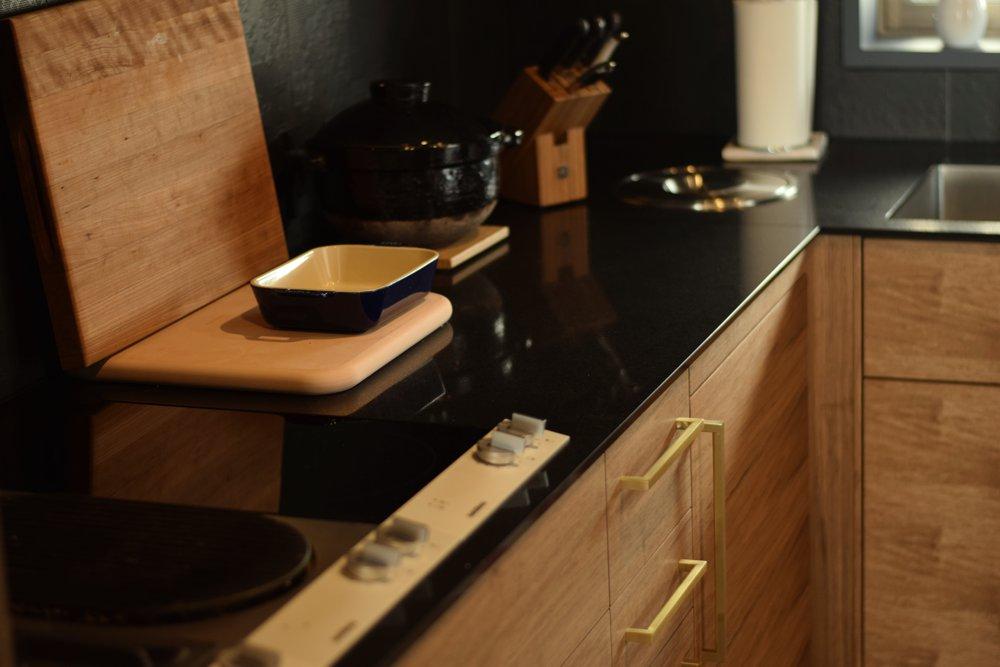 シーザーストーンとクルミを使ったラグジュアリーなキッチン