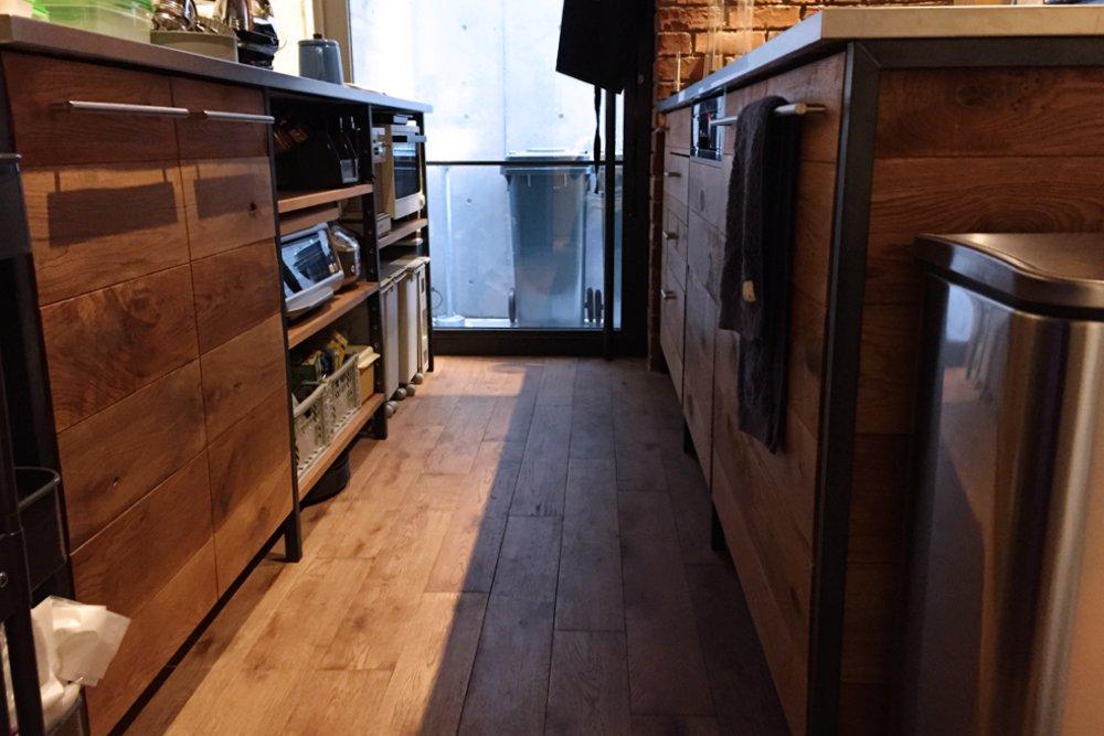 節有りオークとアイアンとステンレスのキッチン