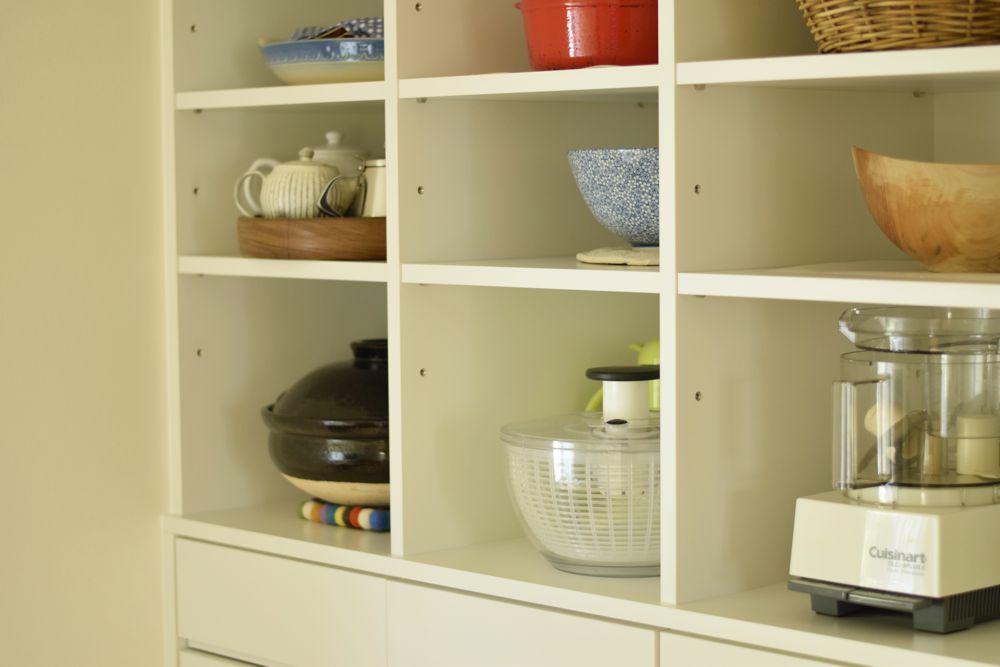 壁一面の白い食器棚