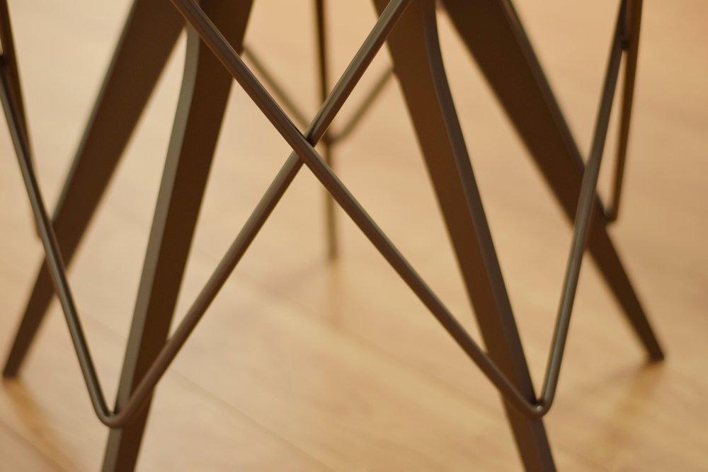 センとアイアンのプルーヴェテイストのラウンドテーブル