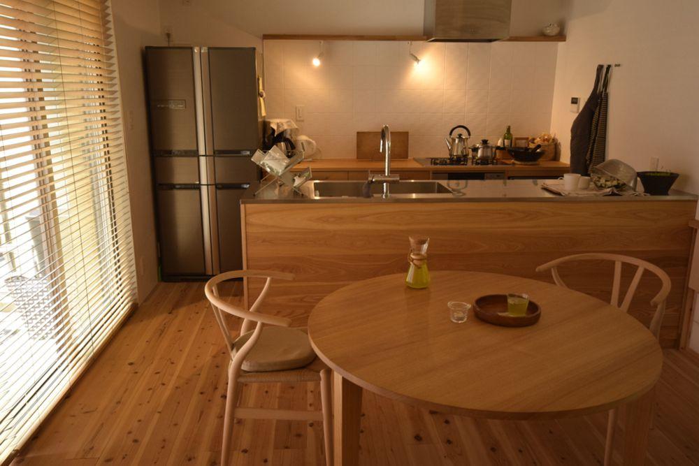 タモのラウンドテーブルとナラのオーダーキッチン