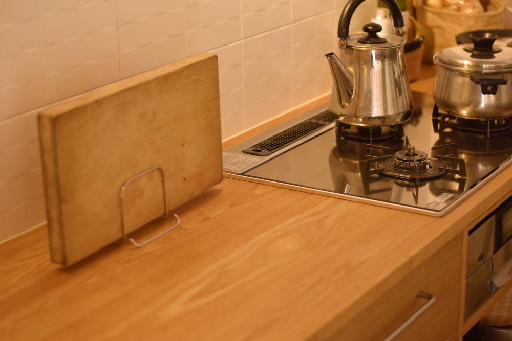 タモのラウンドテーブルとタモのオーダーキッチン