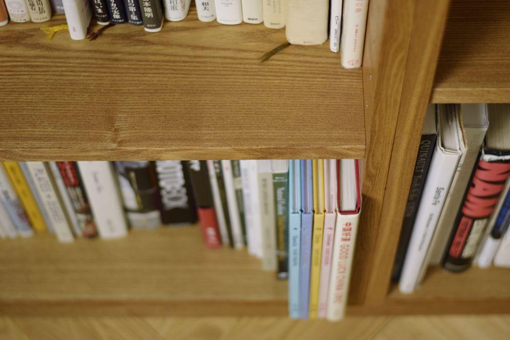 タモ板目の壁面収納と本棚
