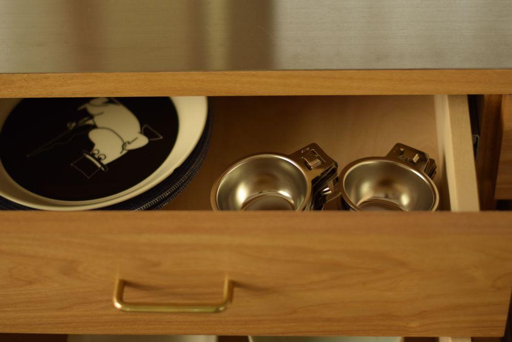 タモと真鍮とステンレスと引き戸の食器棚