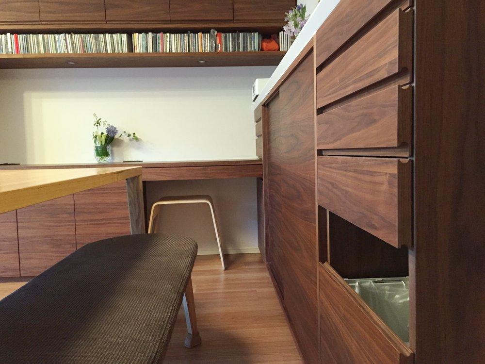 ブラックウォールナットのカウンター下収納とリビングデスクと格子のテレビボード