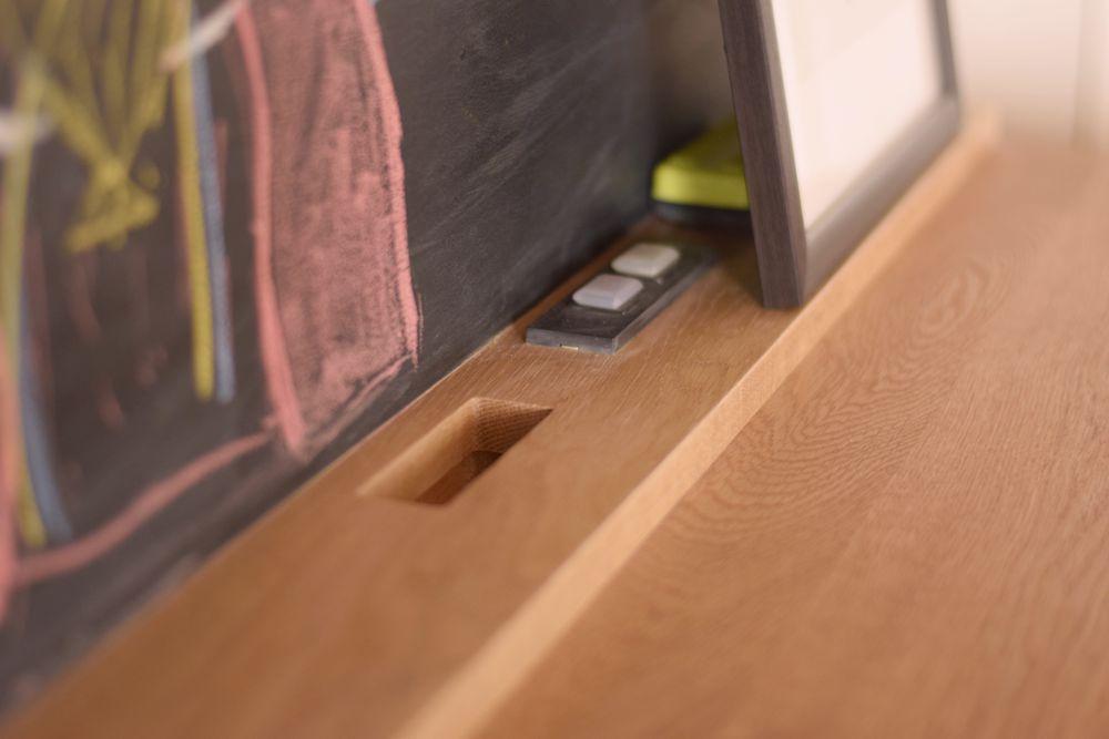 ナラで作る格子扉と黒板のある子供用デスク