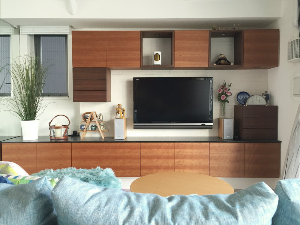 シーザーストーンとチェリーとウォールナットを使ったモダンな家具たち