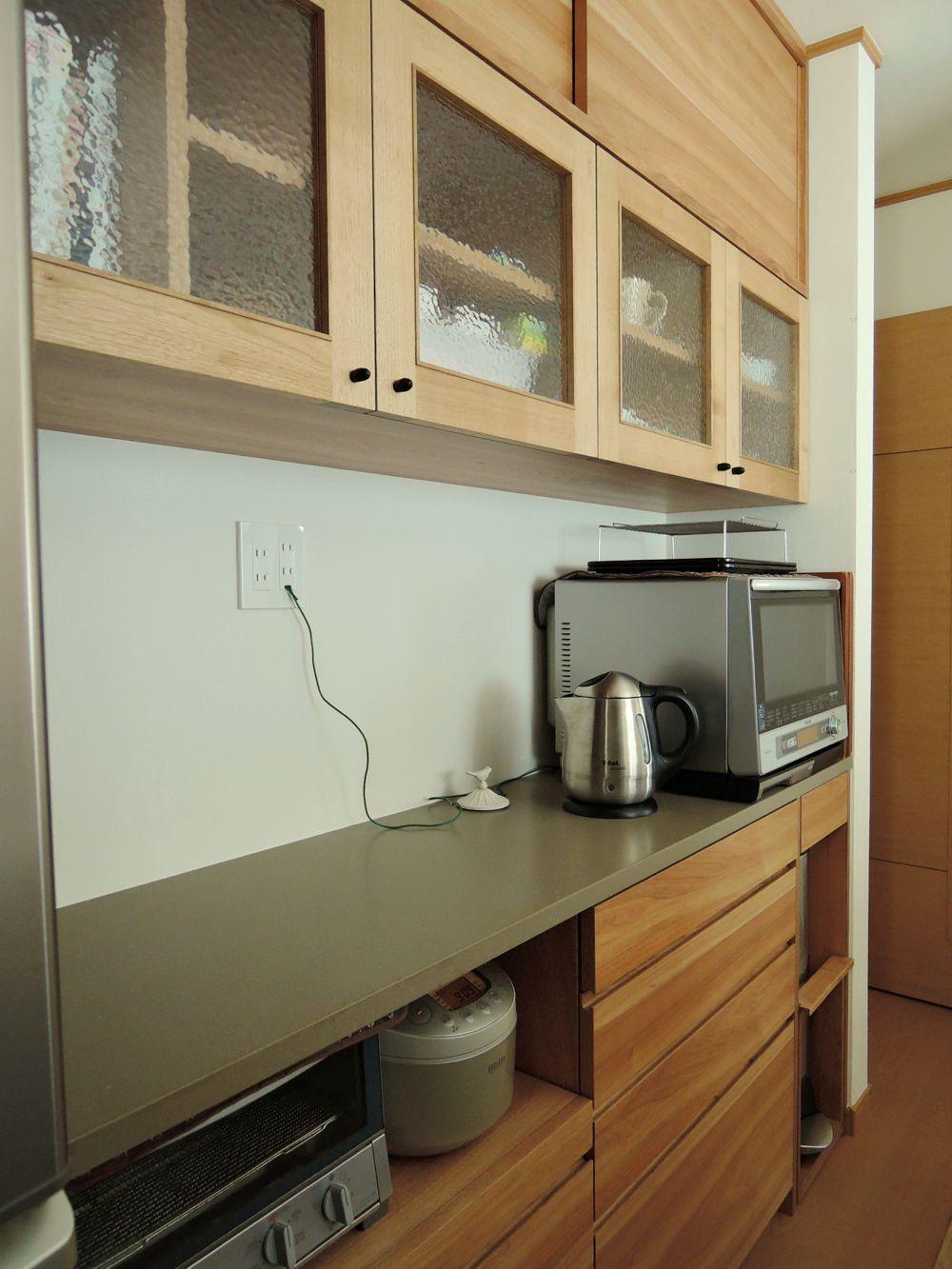 コーリアンとクルミとステンドグラスのある食器棚