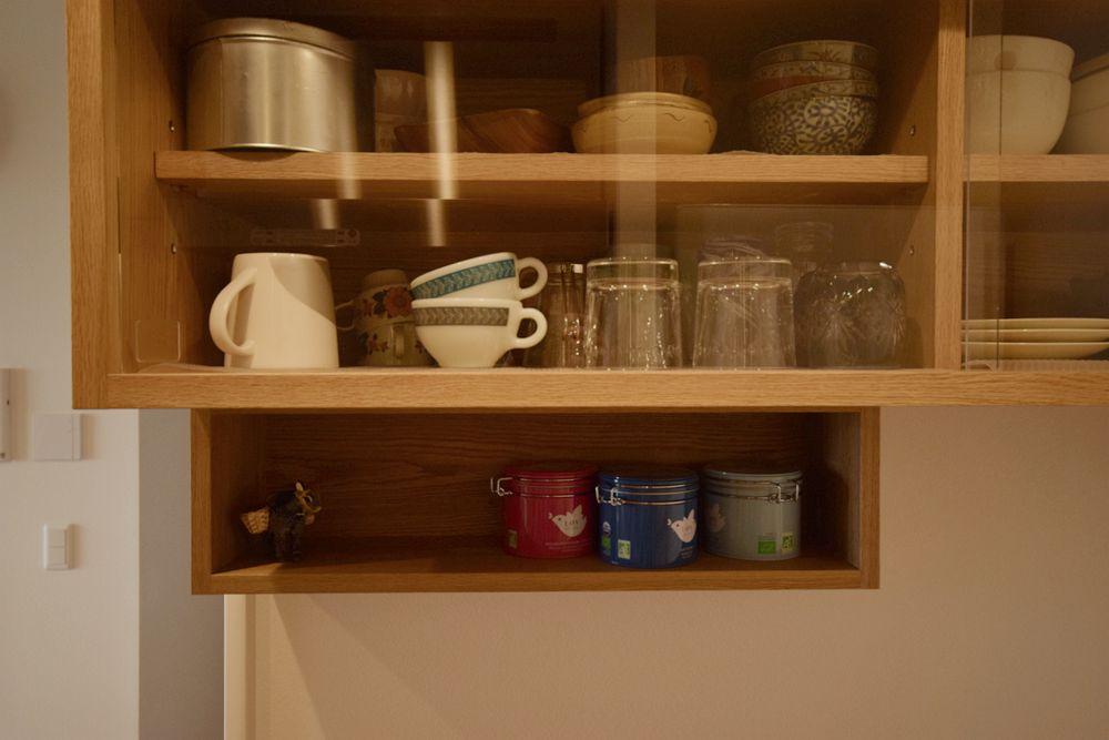 アクリル引き戸のあるナラの食器棚と吊戸棚