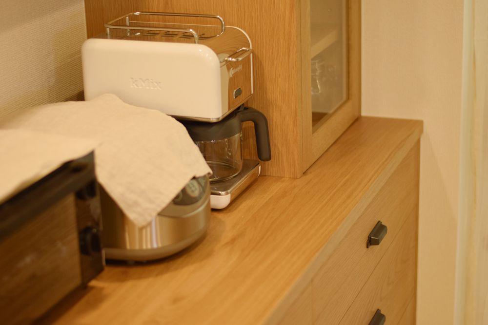 アイアンハンドルを取り入れた北欧風食器棚